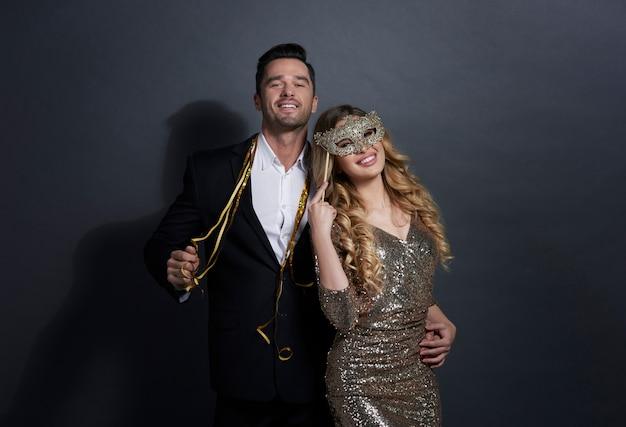 Portrait de couple aimant à la fête