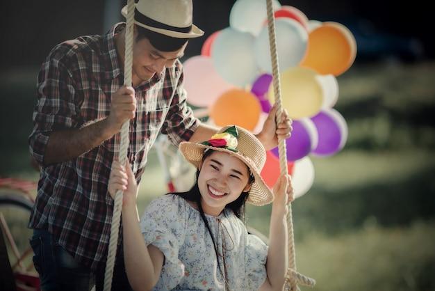 Portrait d'un couple amoureux de ballons colorés