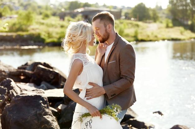Portrait de couple amoureux en gros plan sur une journée ensoleillée