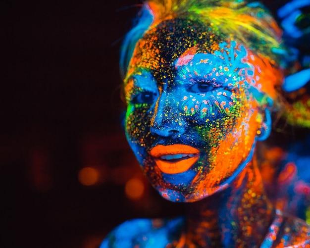 Portrait d'un couple d'amoureux peint en poudre fluorescente.