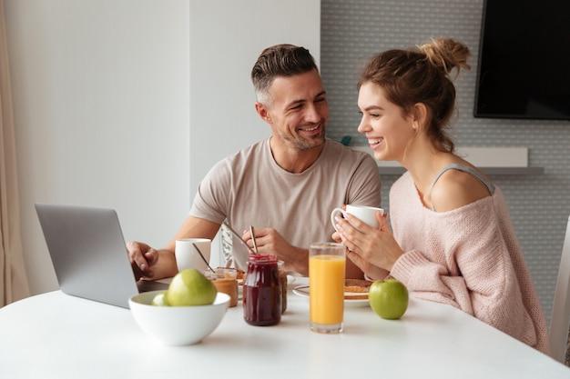Portrait d'un couple d'amoureux qui rit