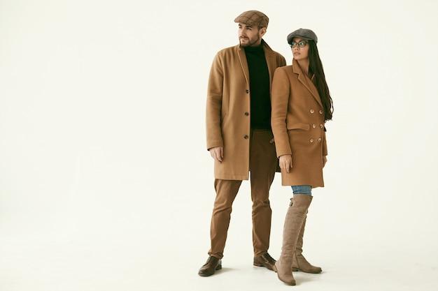 Portrait d'un couple d'amoureux vêtu d'un manteau jaune
