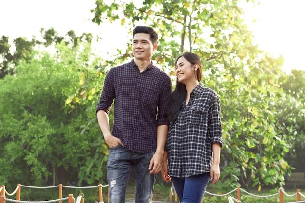 Portrait d'un couple asiatique amoureux marchant sur le parc