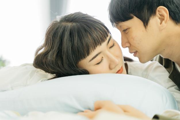 Portrait, de, couple asiatique, dormir sur lit