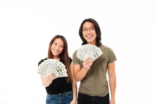 Portrait d'un couple asiatique souriant heureux