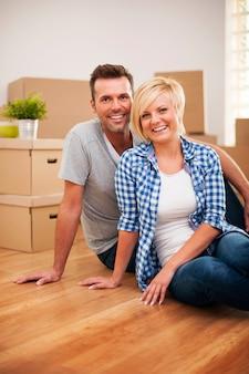 Portrait de couple attrayant dans la nouvelle maison