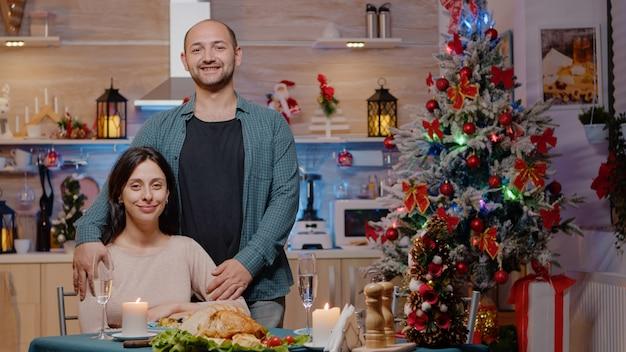 Portrait de couple au dîner de fête la veille de noël