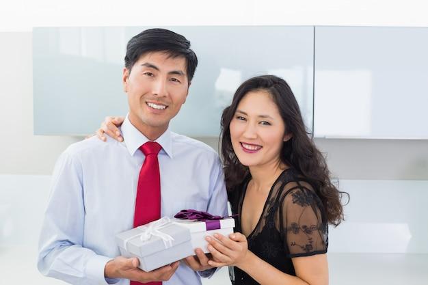 Portrait, couple, boîte cadeau, cuisine