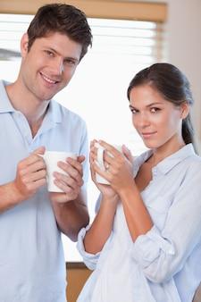 Portrait d'un couple buvant du thé
