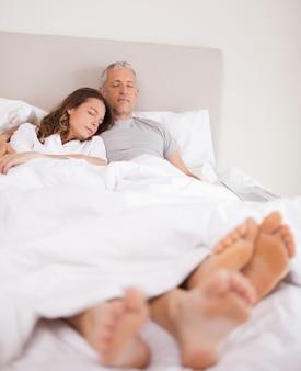 Portrait d'un couple charmant dormant