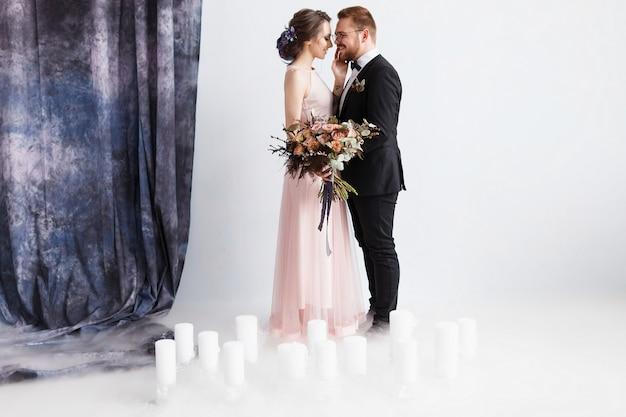 Portrait d'un couple charmant de jeunes mariés