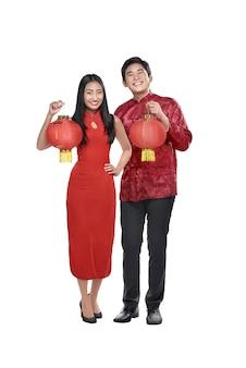 Portrait, couple chinois, tenue, lanternes rouges
