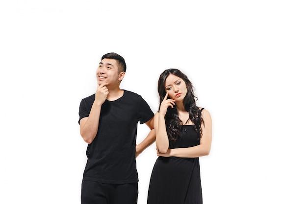 Portrait de couple coréen songeur isolé sur blanc