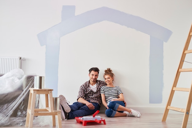 Portrait de couple dans leur nouvelle maison