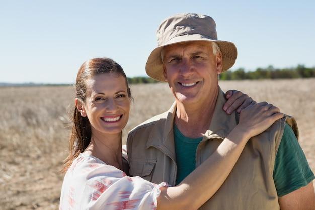 Portrait, couple, debout, paysage