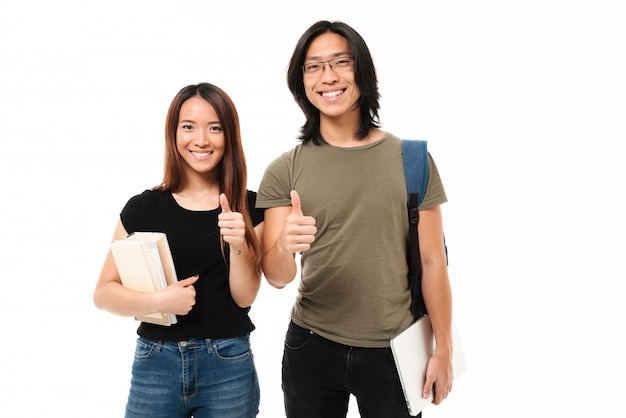 Portrait d'un couple d'étudiants asiatiques attrayants joyeux
