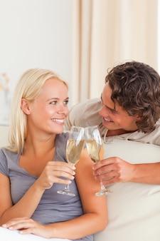 Portrait d'un couple faisant un toast