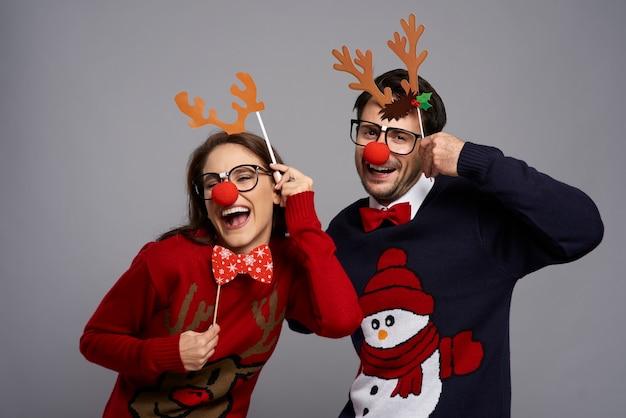 Portrait de couple avec des gadgets de renne drôles