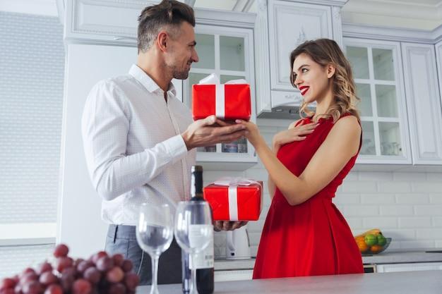 Portrait d'un couple habillé assez intelligent aimant