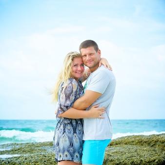 Portrait de couple heureux amoureux sur la plage au jour d'été