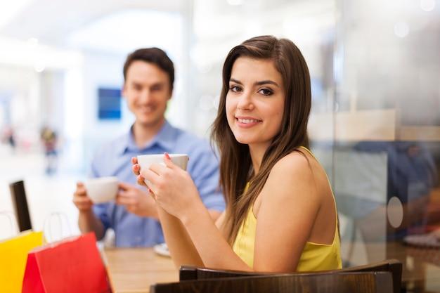 Portrait de couple heureux au café