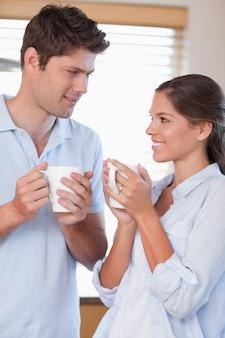 Portrait d'un couple heureux, boire du café