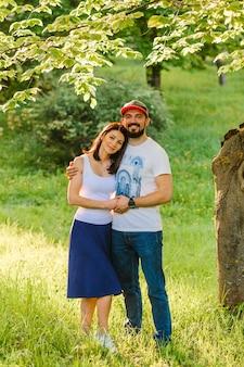 Portrait de couple heureux embrassant dans le jardin