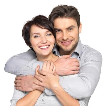 Portrait de couple heureux. homme séduisant et femme ludique.