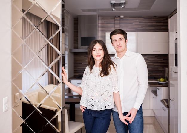 Portrait de couple heureux à la maison