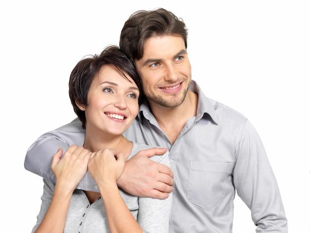 Portrait de couple heureux regarde au loin,. homme séduisant et femme ludique.