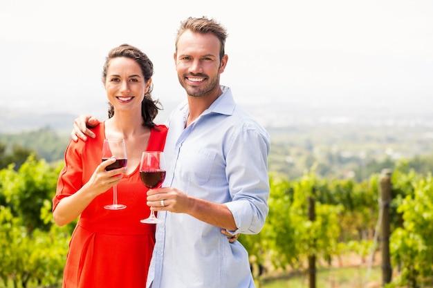 Portrait de couple heureux tenant des verres à vin