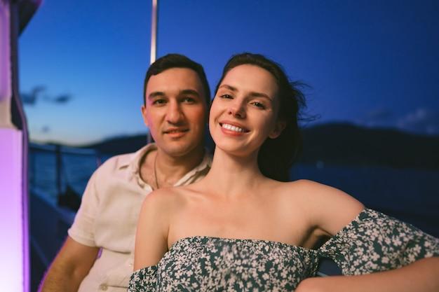 Portrait de couple heureux sur le yacht le soir