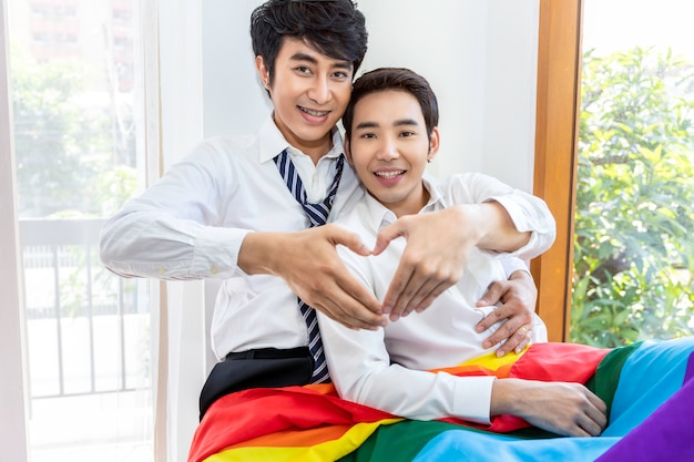Portrait de couple homosexuel asiatique mains en forme de coeur d'amour