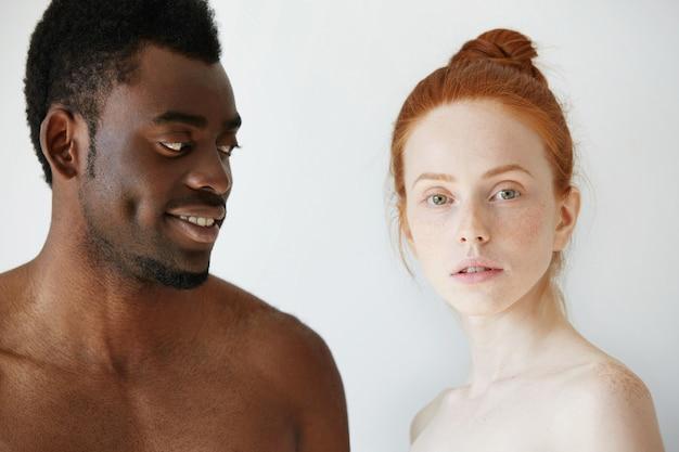 Portrait de couple interracial aimant heureux