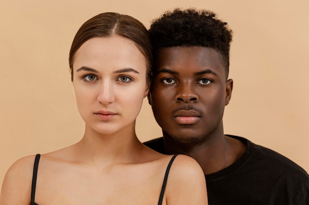 Portrait de couple interracial gros plan