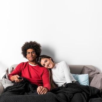Portrait de couple interracial à la maison