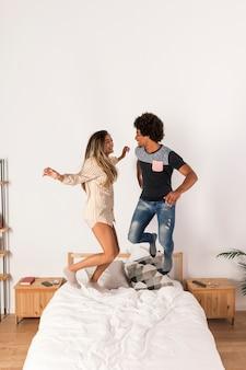 Portrait, de, couple interracial, sauter lit