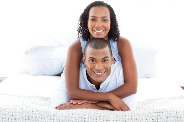 Portrait d'un couple intime câlin allongé sur un lit