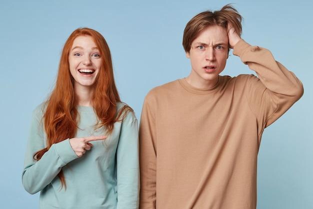 Portrait d'un couple isolé sur un mur bleu