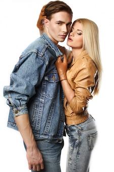 Portrait de couple de jeunes hipster sexy