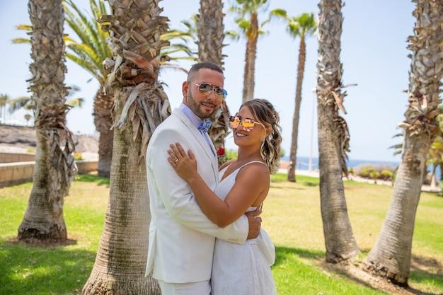 Portrait d'un couple de jeunes mariés dans un endroit tropical pendant leur lune de miel