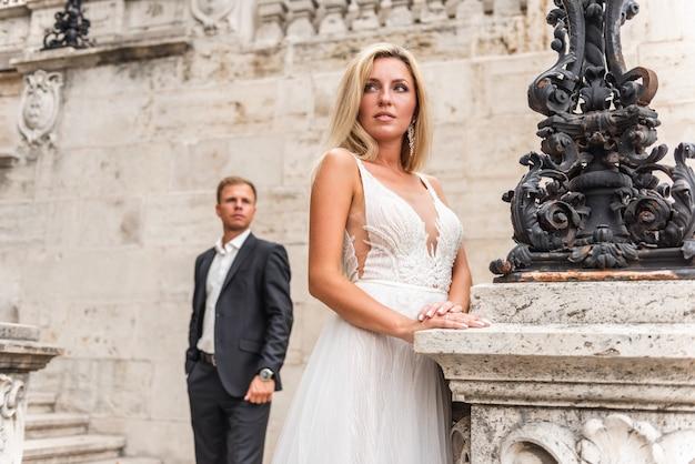 Portrait d'un couple le jour de leur mariage