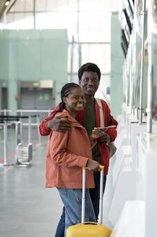 Portrait d'un couple joyeux amoureux attendant le départ du premier voyage après la fin de la quarantaine covid