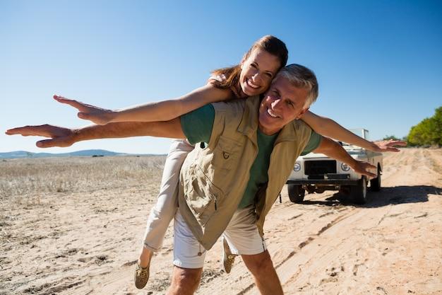 Portrait de couple ludique sur paysage