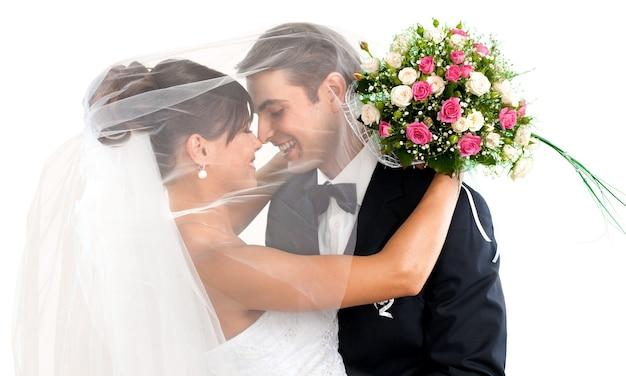 Portrait d'un couple de mariage embrassant