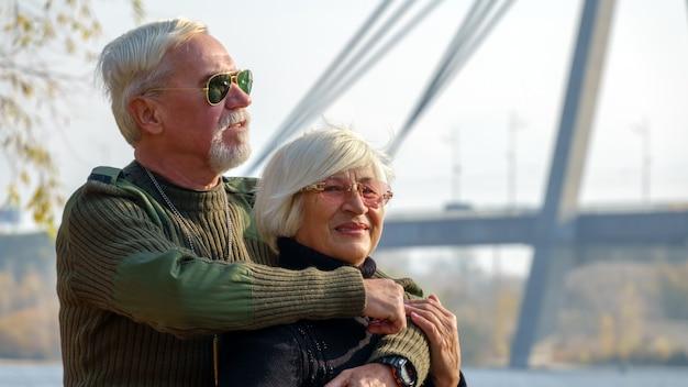 Portrait d'un couple de personnes âgées aimantes