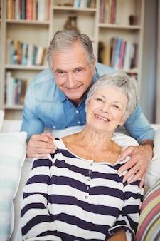 Portrait de couple de personnes âgées dans le salon