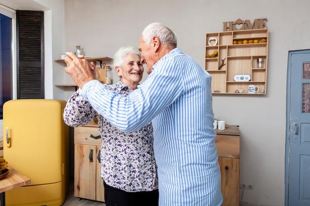 Portrait de couple de personnes âgées dansant ensemble