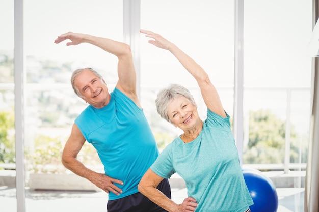Portrait de couple de personnes âgées exerçant