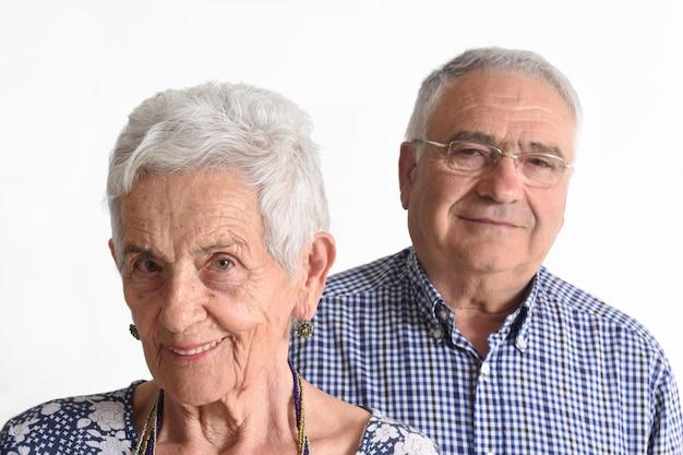 Portrait d'un couple de personnes âgées sur fond blanc